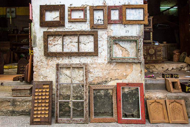 picture frame in an alley in stone town zanzibar