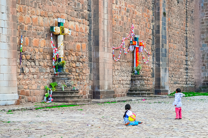 girls playing in cuzco peru