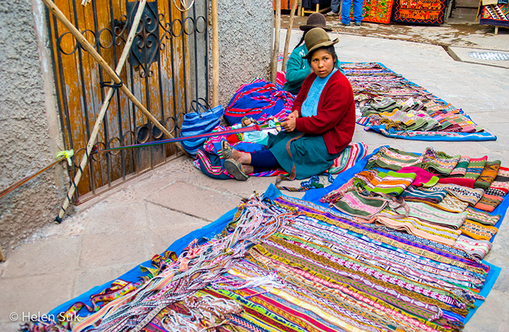 woman weaving in pisac peru